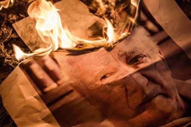 n portrait du prédicateur turc en exil Fethullah Gülen, accusé par Ankara d'être l'instigateur du coup d'Etat raté, brûlé lors d'une manifestation pro-Erdogan, le 18 juillet 2016 place Taksim à Istanbul. AFP / OZAN KOSE