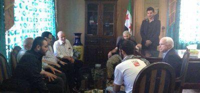 Sur cette photographie, diffusée en mai 2013 pour attester de sa rencontre avec l'état-major de l'Armée syrienne libre, on voit le sénateur McCain discuter avec un individu aux multiples identités : il est recherché par le département d'État des États-Unis sous le nom d'Abu Du'a, par les Nations unies sous le nom d'Ibrahim el-Baghdadi, et appartient à l'état-major de l'ASL sous le nom d'Abou Youssef.