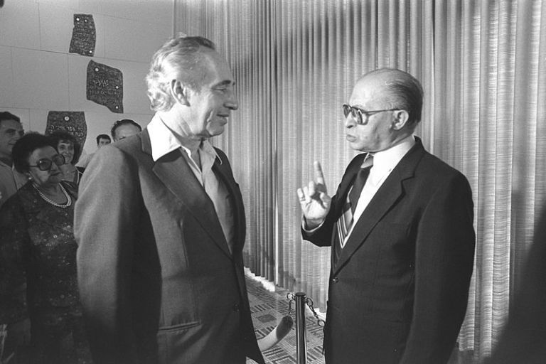 Fausses colombes et vrais faucons. Menahem Begin et Shimon Peres. Photo: HERMAN CHANANIA, 20/07/1981