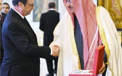 François Hollande décore un prince saoudien de la légion d'honneur à l'Elysée, mars 2016.