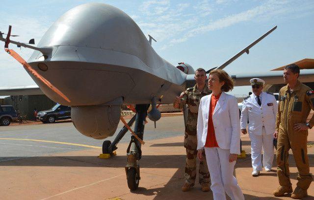 La ministre française de la défense Florence Parly en train de regarder un drone. (AFP)