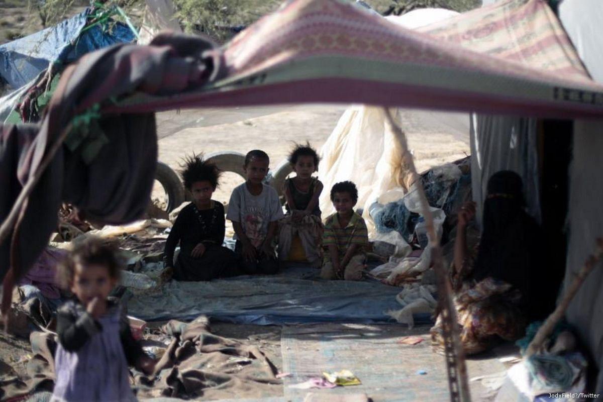 Image d'enfants yéménites dans un camp en raison de la crise humanitaire à laquelle le Yémen est confronté (c) JodyField/Twitter.