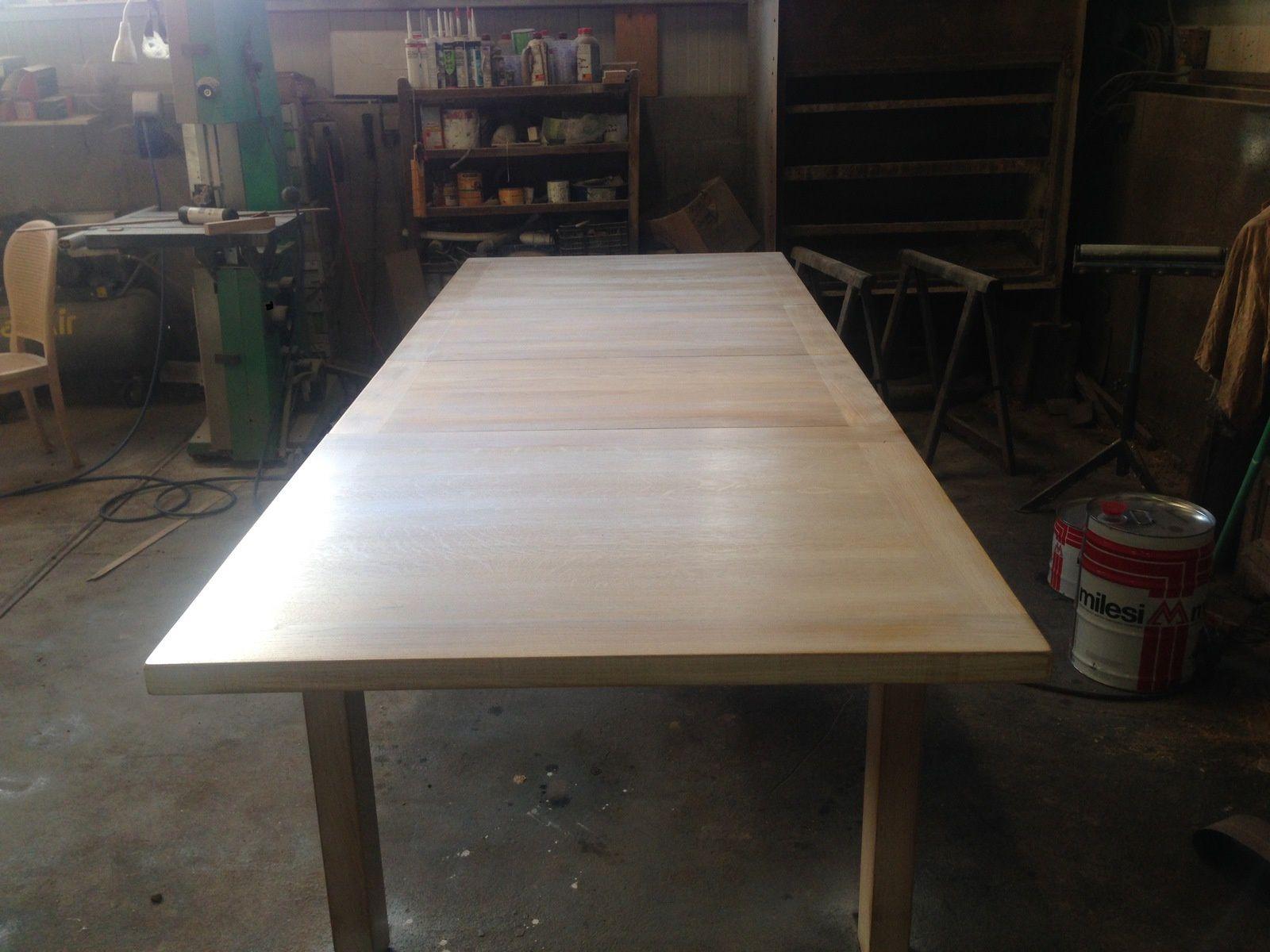 fabrication d'une table contemporaine avec 2 allonges intégrés
