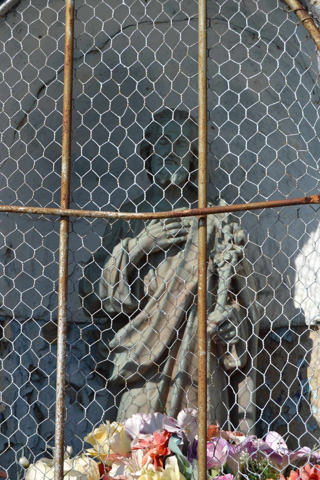 Un jour quelqu'un à construit cet oratoire pour une raison qui m'est inconnue, aujourd'hui Saint Christophe est en cage!