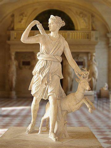 Il s'agit de la reproduction d'un marbre romain du IV° Siècle, la Diane de Versailles exposée au Louvre. Ce marbre, lui même copie d'un original grec perdu, fut abondamment reproduit sous l'ancien régime : des copies sont installées à Fontainebleau, au Château de Champs, dans les jardins des Tuileries, et du Luxembourg.
