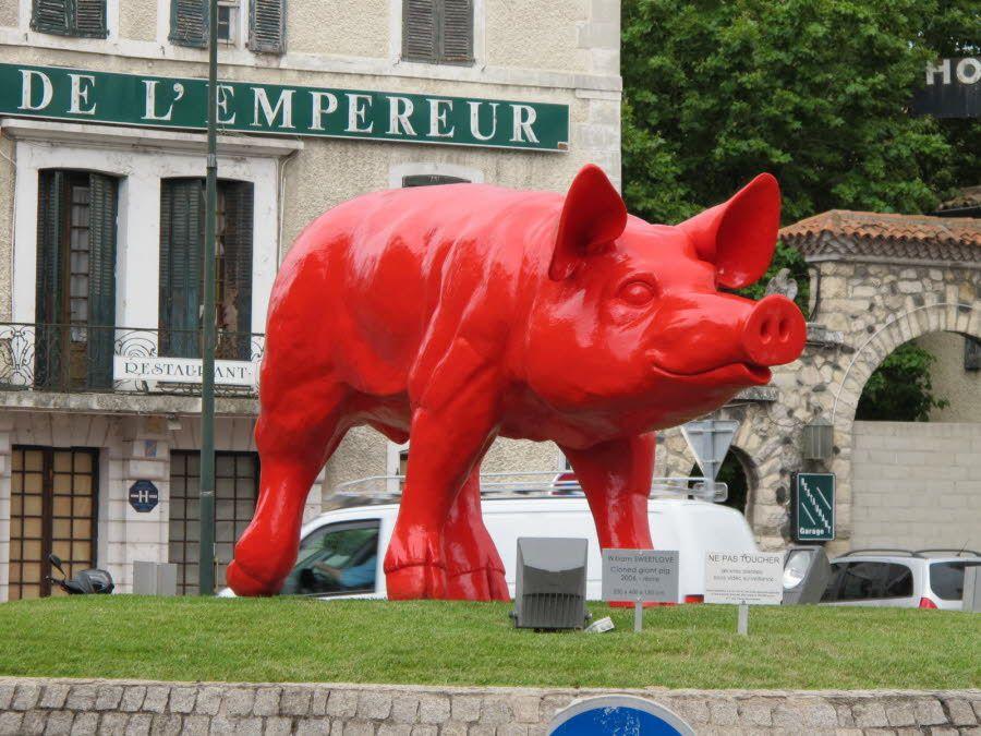 L'exposition extraordinaire s'est terminée  le 26 octobre 2014 et les sculptures géantes de l'artiste William Sweetlove, dont le fameux cochon rouge ici devant le relais de l'empereur, qui se trouvaient dans la rue, ont été enlevées.