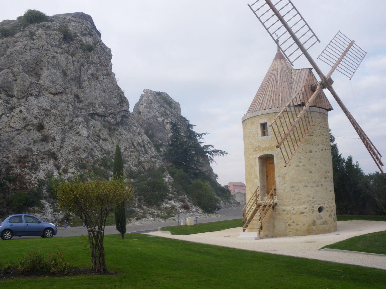 Les ailes du moulin font 13 m de diamètre, comme celle d'autrefois. Pour la restauration on s'est inspiré des autres moulins à vent provencaux, comme celui de Fontvieille popularisé par l'oeuvre d'Alphonse Daudet