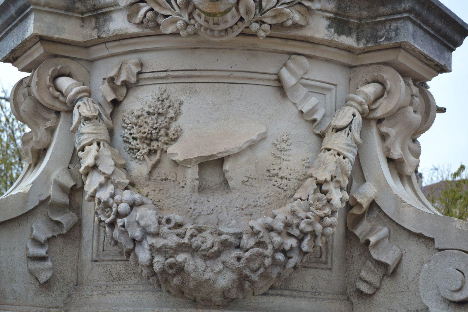 Représentation du dolmen de Champ-Vermeil sur la fontaine Dona Vierna (à voir précédemment sur ce blog) sur la place du Champs de Mars à Bourg Saint Andéol.