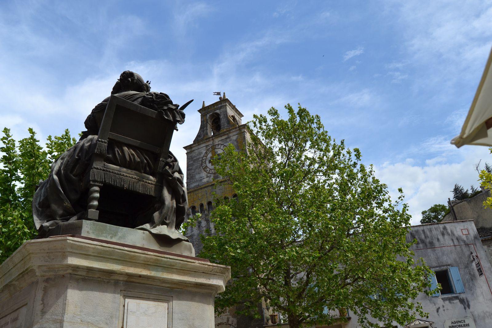 Le conseil municipal de Grignan a récemment approuvé la proposition émise par la direction régionale des affaires culturelles de classer la statue en bronze de la marquise de Sévigné au titre des monuments historiques. Installée sur la place Sévigné au dessus d'une fontaine, elle fut commandée par l'ancien maire François-Auguste Ducros au sculpteur parisien Louis Rochet et inaugurée le 4 octobre 1857. Marie de Rabutin-Chantal, marquise de Sévigné, est célèbre pour ses correspondances avec sa fille domiciliée au château de Grignan. La marquise y a d'ailleurs séjourné et elle y est décédée en 1696. Sa dépouille se trouve à la collégiale Saint-Sauveur. En 1996, il y a tout juste vingt ans, le maire actuel Bruno Durieux créait le festival de la correspondance en sa mémoire.  (Le Dauphiné du 24/04/2016.)
