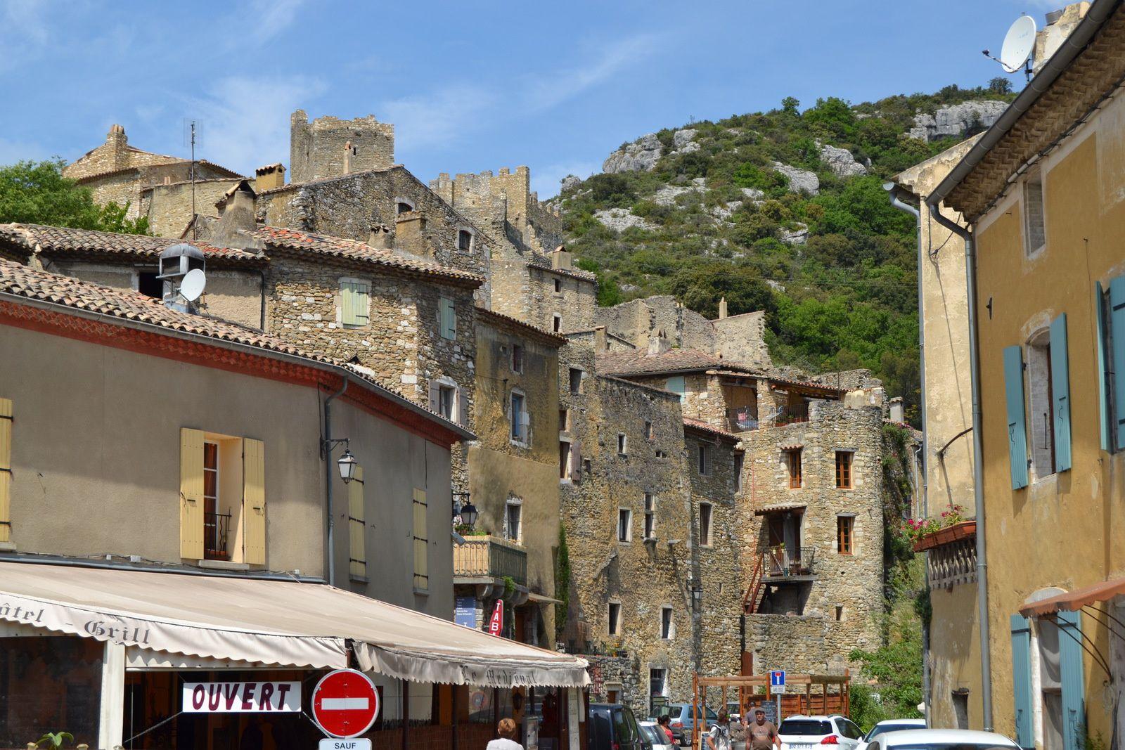 Situé en Ardèche, sur les bords du Rhône, le village médiéval de Saint-Montan n'était plus que ruines en 1970. Ses derniers habitants l'avaient quitté en 1880 pour s'installer à proximité de leurs terres. Ils avaient emporté avec eux tuiles, poutres, chevrons, pierres d'encadrement des portes et fenêtres pour construire un peu plus loin sur la commune. Des années plus tard, face à ce champ de ruines, des passionnés, tous originaires du village, décident de créer l'association des Amis de Saint-Montan pour permettre la restauration et la conservation du patrimoine historique du village médiéval et de son château. Commence alors pour eux une longue histoire...