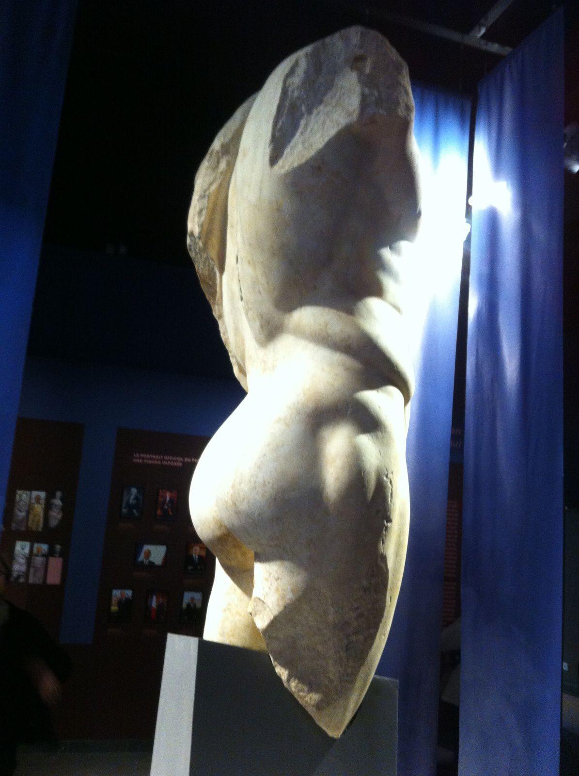 Depuis l'antiquité, le nu masculin est apparenté aux fonctions sociales les plus nobles, athlète et surhomme.Les sculptures grecques et romaines symbolisent le modèle absolu de l'homme parfait. Qu'en est-il aujourd'hui de ce modèle?