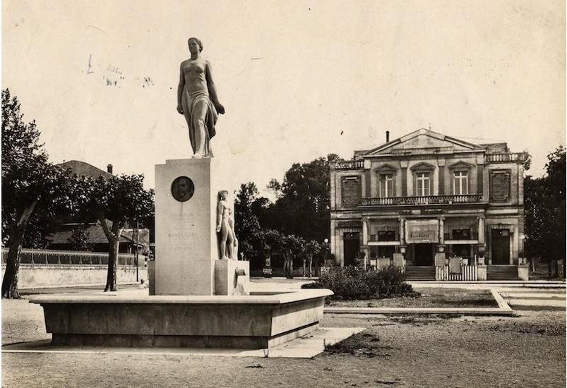 La fontaine, ici devant le théâtre de Montélimar, était à l'origine composée de trois éléments indissociables : 1°) la vasque, 2°) le socle orné de trois bas-reliefs en pierre « La Paix protège l'Agriculture », » La Mutualité », » le Commerce et l'Industrie », aux pieds desquels l'eau sort des goulottes en pierre et, sur la face, un médaillon en bronze à l'effigie du président Loubet, 3°) la statue « La France en marche » qui domine le monument.