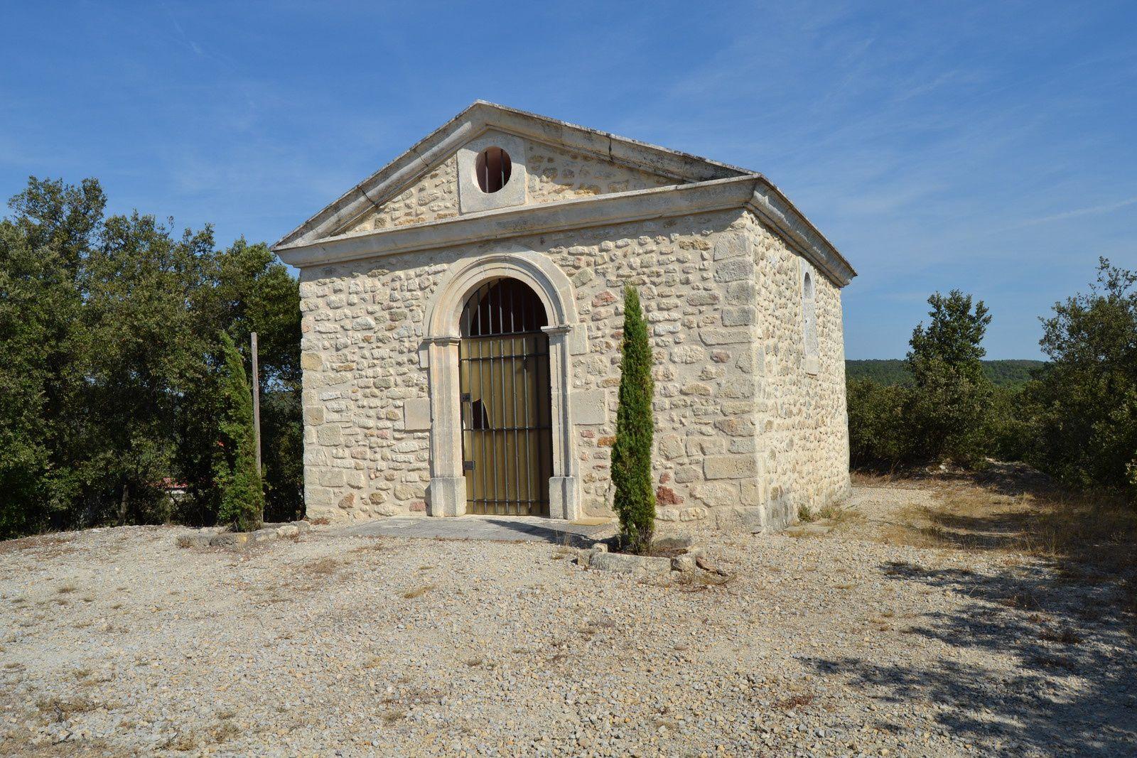 La chapelle Saint-Raphaël est un ancien monument funéraire, datant du 19e siècle, qui domine la plaine de Solérieux et Saint-Restitut. Elle est implantée sur les ruines d'un ancien château dont subsiste encore quelques vestiges de voûtes.