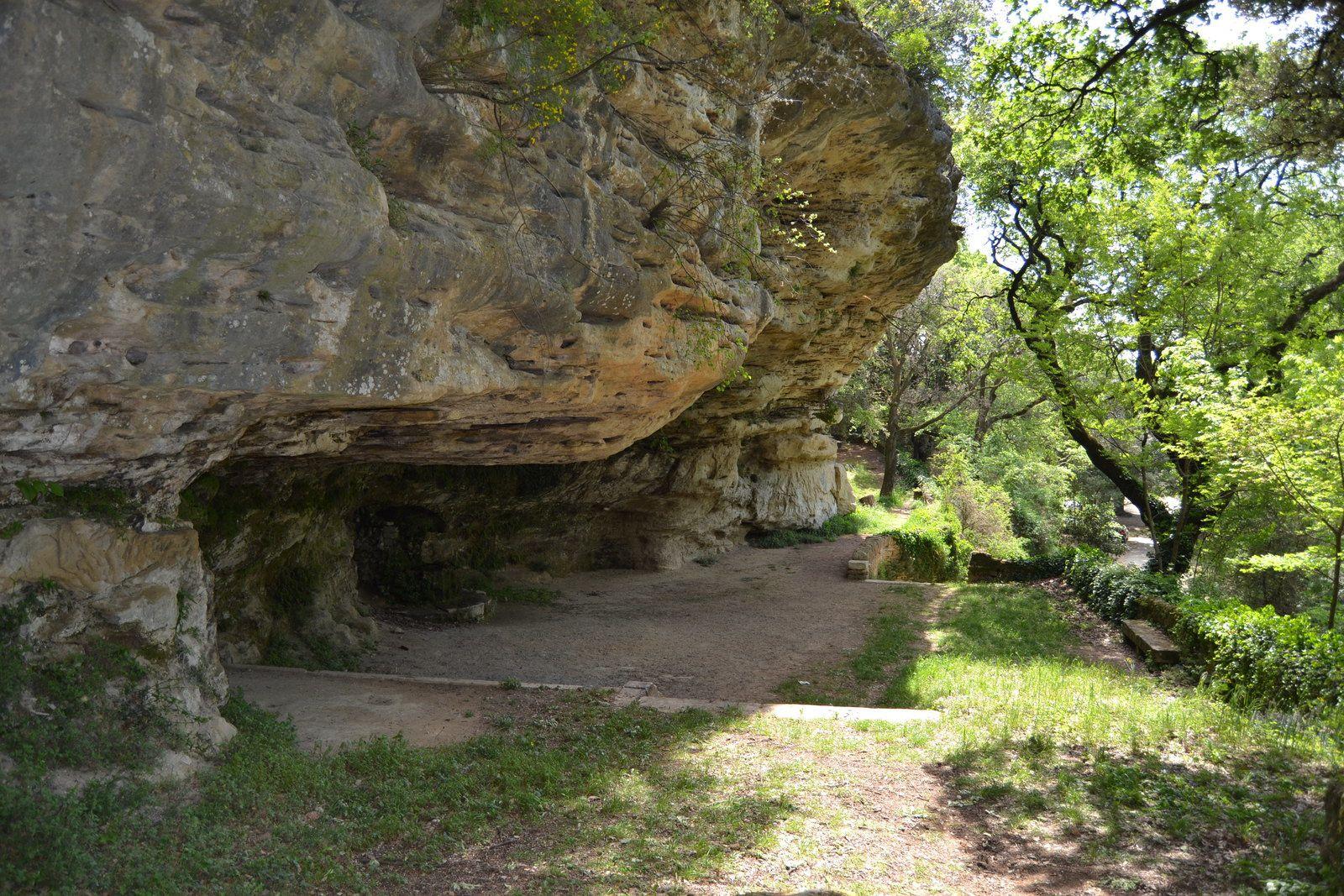 Située à environ 500 mètres du village de Grignan, une avancée de rocher devient « la roche courbée » ou Rochecourbière, lieu aménagé au XVIIe siècle par le comte François de Grignan.