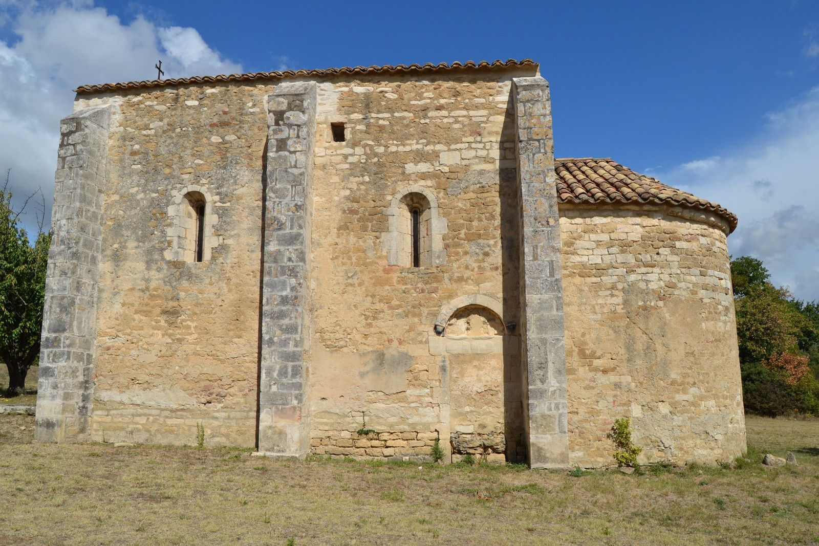 Cette chapelle est une possession du grand prieuré de Saint-Saturnin-du-Port (Pont-Saint-Esprit depuis le milieu du Moyen-Âge), affilié à l'abbaye de Cluny depuis le Xe siècle.  Elle date de la seconde moitié du XIIe siècle. Ses dimensions sont modestes, sa nef unique et son chevet semi-circulaire.