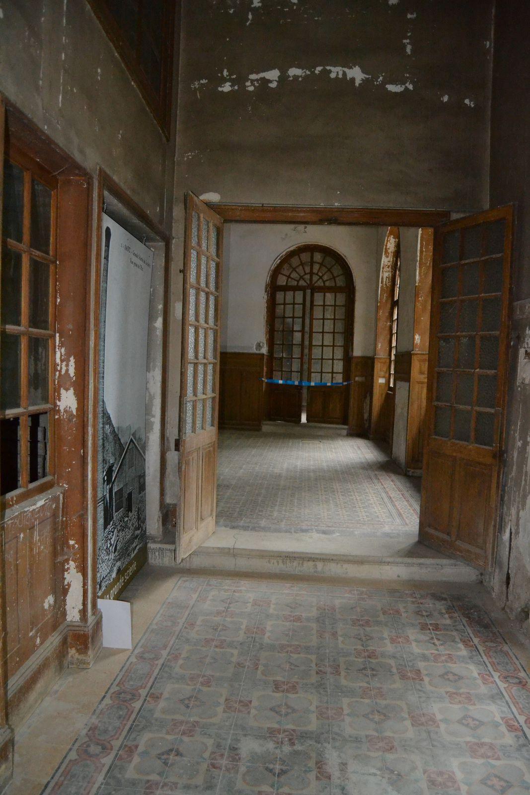 Le couloir qui mène au bar...les carrelages, bien conservés, sont en béton et fabriqué à Pont Saint Esprit dans le Gard