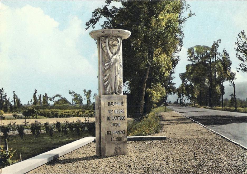 L'aménagement du Rhône a fait monter les eaux de l'Isère, obligeant la Nationale 7 à abandonner en 1978 l'ancien pont, construit au début du XIXe siècle. Le monument a lui aussi été déplacé, mais se trouve toujours à cheval sur le 45e parallèle...Ici le monument à son ancien emplacement en bordure de l'ancienne Nationale 7
