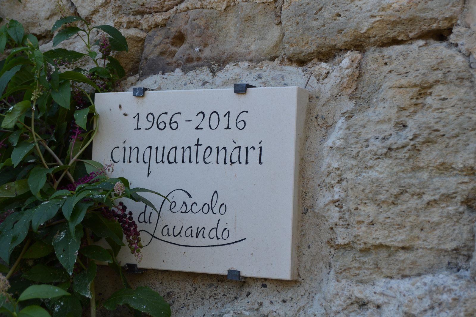 Taillée dans la pierre Fontvieille , l'étoile du Félibrigemesure 3.50 m de diamètre. En son centre se trouve la gravure d'une dédicace à la mémoire de Frédéric Mistral. Elle est dédié également à tous les poètes.