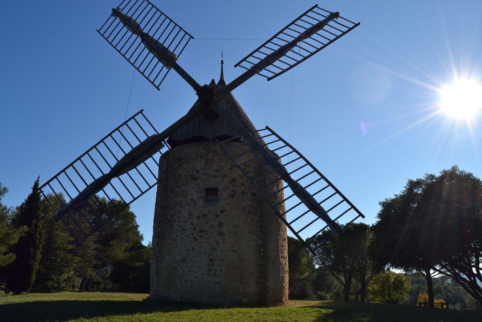Le toit du moulin, solidaire des ailes, pivote. La manoeuvre se fait à l'aide d'un simple levier.