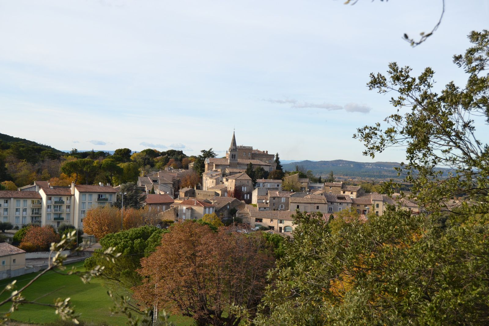 Vue du village de Rochegude en redescendant de la colline par le chemin...de la Vierge.