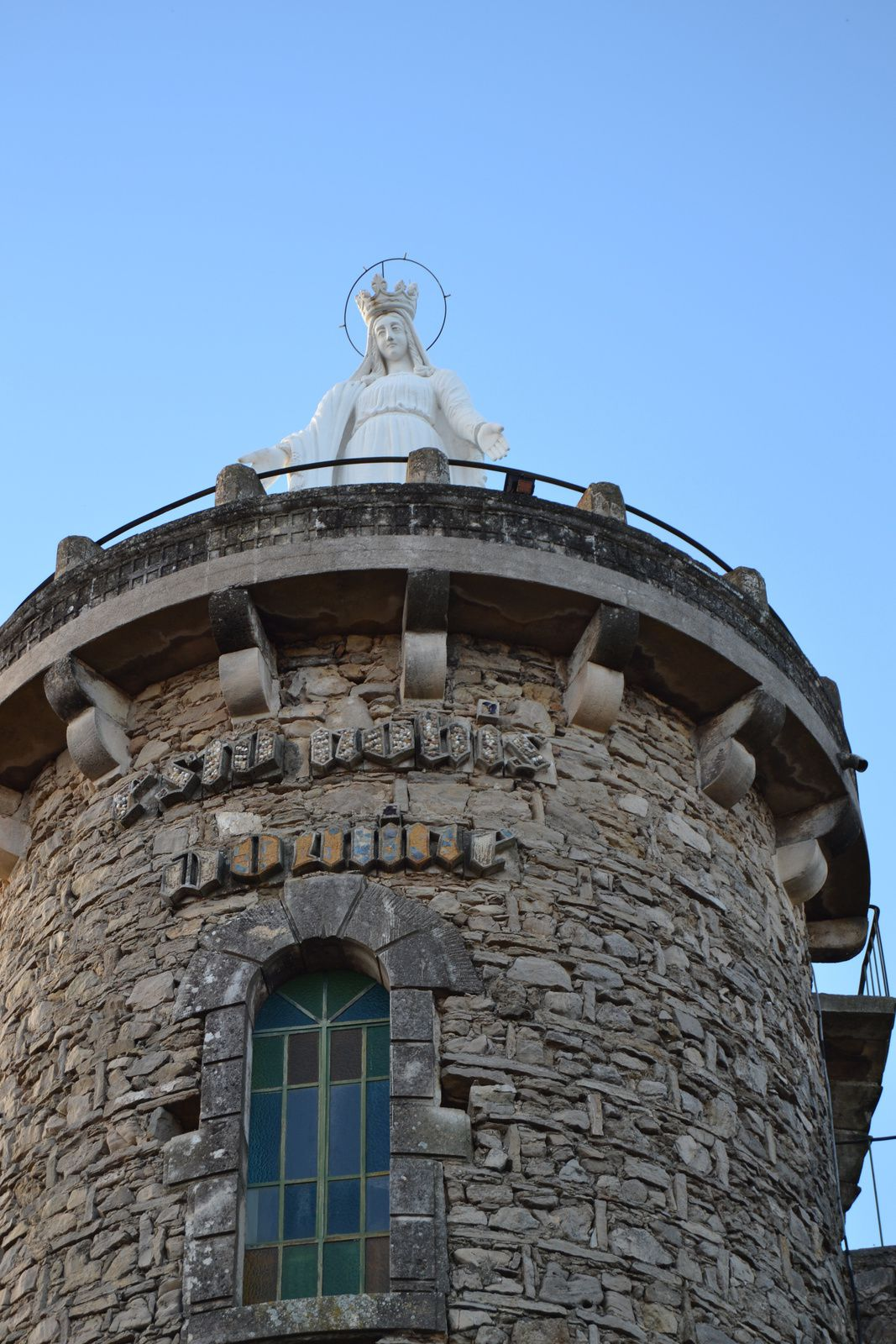Monsieur le conte Augusttin Plantin De Villeperdrix (1792-1868), de retour d'un pelerinage en terre sainte, en 1845 décide, de construire unetour sur la colline de son domaine de la Blache, imitant la tour David de Jérusalem, tour destinée à recevoir une monumentale statue de pierre de la Vierge Marie, haute de7m.
