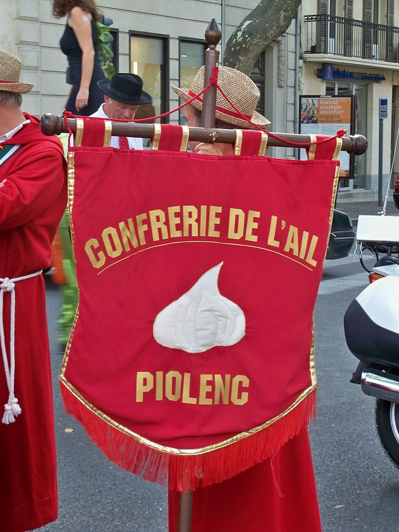 Un festival culturel et folklorique de l'ail se déroule chaque année le dernier week-end d'août. Il est organisé par la confrérie de l'ail qui existe depuis près de vingt ans, qui en fait la promotion, ainsi que celle du village.