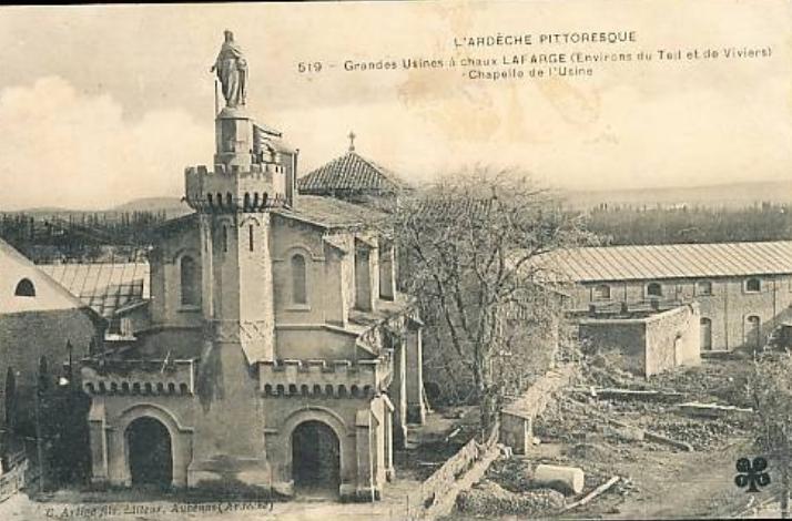 Une première chapelle fut construite au bord de la route en 1868. Elle présentait un aspect pseudo médiéval, avec de faux machicoulis en façade. Trop proche des carrières, elle fut détruite et remplacée en 1923 par une nouvelle église bâtie face au cercle Saint-Léon.
