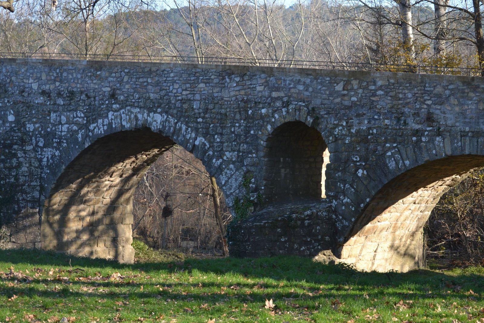 """Arches avec au centre un """"dégueuloir"""" .Un dégueuloir est une ouverture située au-dessus des piles d'un pont de pierre, et qui a pour fonction d'évacuer l'eau en cas de fortes crues : l'eau trouve cet exutoire avant d'atteindre le tablier du pont, ce qui évite à celui-ci d'être emporté. Leur insuffisance peut causer la ruine de l'ouvrage.. Les dégueuloirs ont disparu avec les ponts métalliques, dont la structure ouverte offre moins de prise aux crues."""