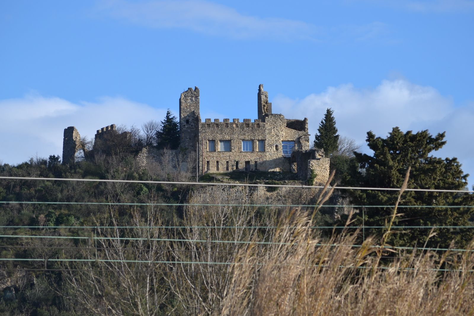....il est vrai que vu du bas du village, il semble habité ce château.