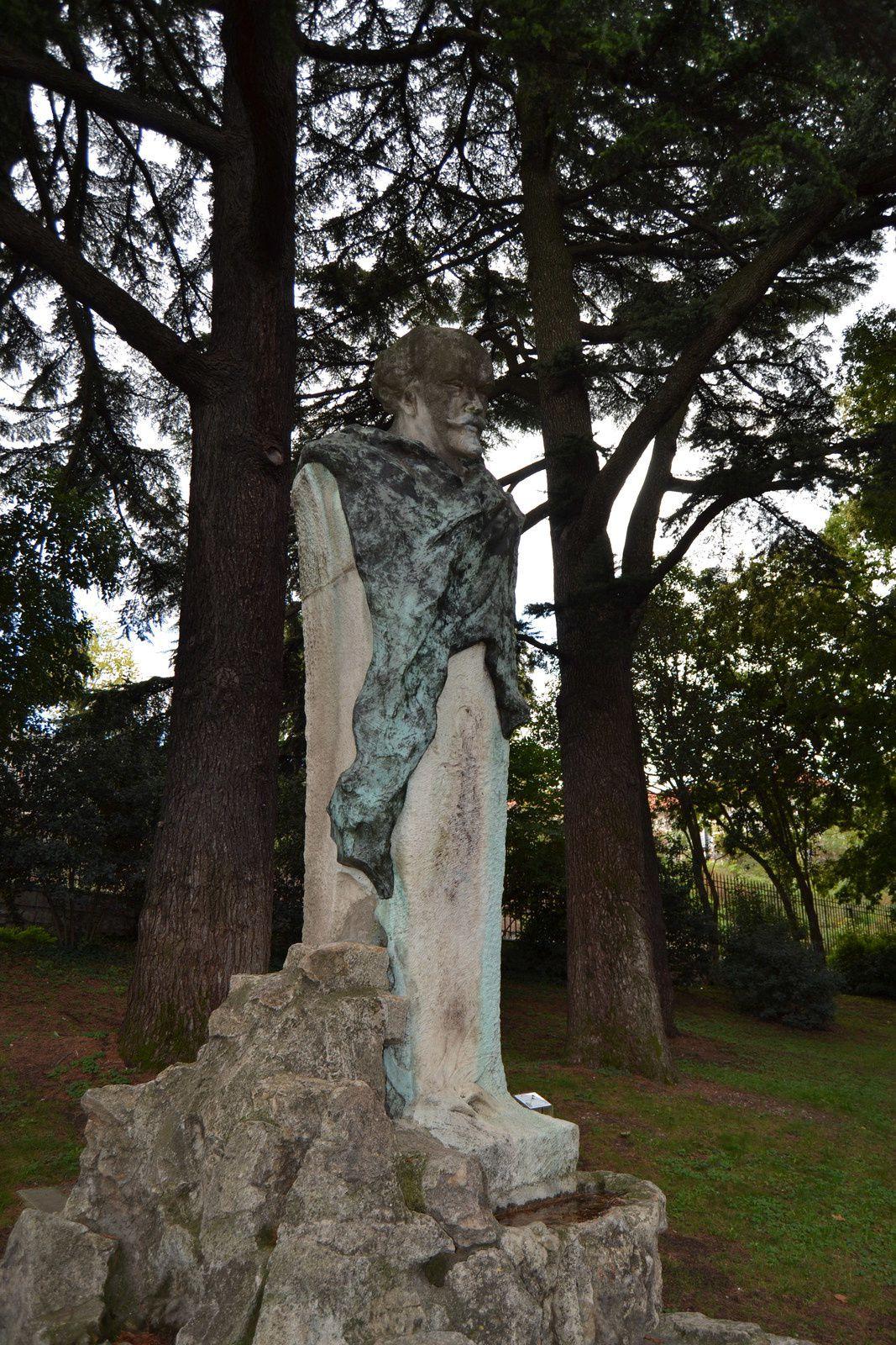 ...elle ne ressemble plus à rien cette statue, un manque de respect pour la personne représentée...c'est mon opinion!