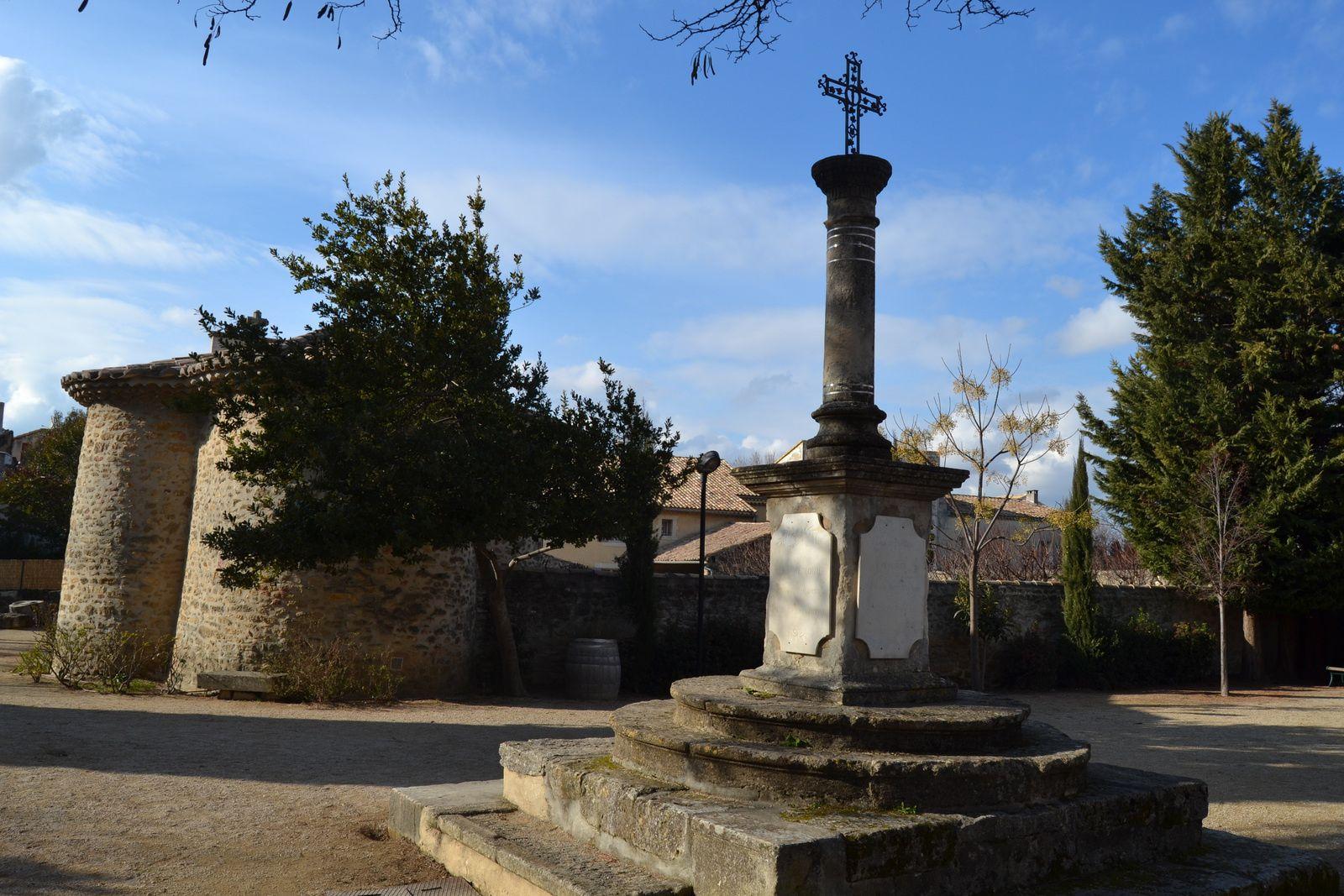 Au centre du Jardin de la Chapelle, une croix qui auparavant marquait le centre de l'ancien cimetière. Le socle en pierre est composé en partie de couvercles renversés de sarcophages et d'épitaphes du XIXème siècle. La croix en fer forgé a été financée par une souscription en 2000.