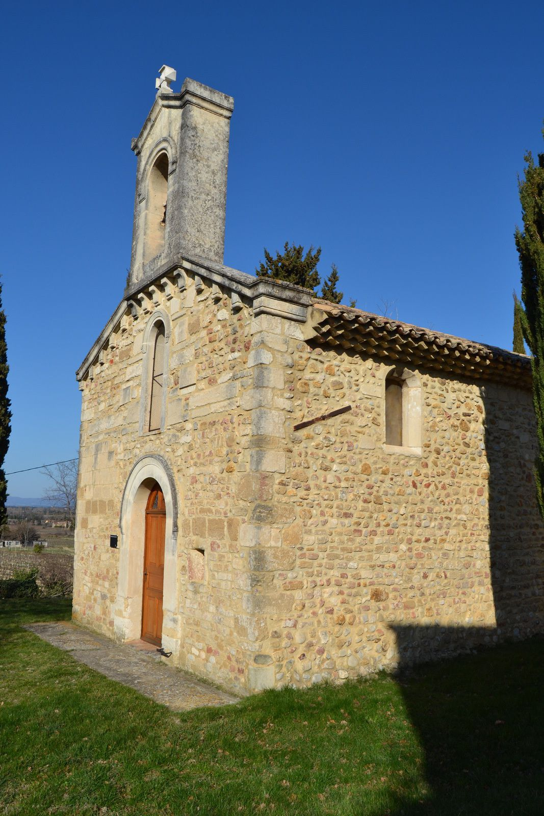 Aucun texte ne la documente pour le Moyen Âge mais son plan et quelques éléments d'architecture remontent à la période romane.