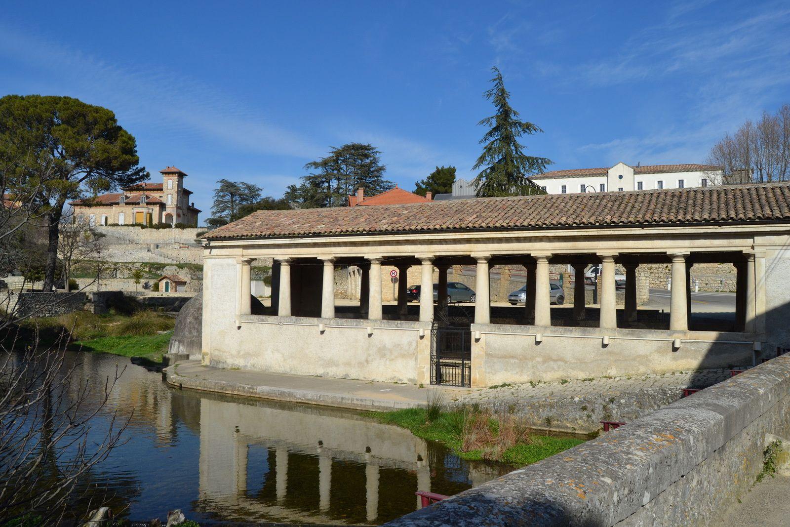 Ce ruisseau de la Tourne se jette dans le Rhône quelques centaines de mètres plus loin. « Qui boit de l'eau de Tourne retourne un jour en ces lieux ». Une troisième fontaine dite Fontaine aux Ânes servait d'abreuvoir avant d'être dissimulée sous le dôme accolé au lavoir. Au second plan à gauche le château Pradelle.