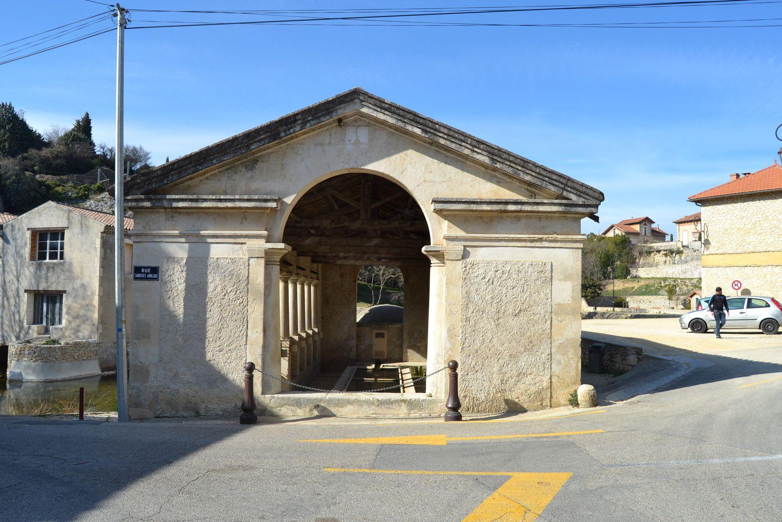 Construit au milieu du XIXème siècle (1843) d'après les plans dressés par l'architecte bourguésan Baussan le lavoir actuel remplace l'ancien jugé inconfortable par la municipalité de l'époque. Il se situe sur le site pittoresque du vallon de la Tourne à Bourg Saint-andéol. Le Moulin à gauche sur la photo.