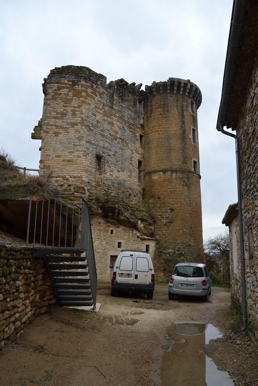 Les premières traces du château datent du xiie siècle. Durant les guerres contre Aymar de Poitiers, au siècle suivant, Simon de Montfort détruit une partie de l'édifice, en même temps que le village.