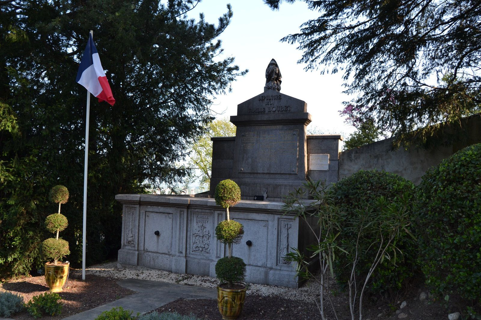 """A l'Elysée, il succéde à Félix Faure, mort dans des circonstances rocambolesque: il a poussé son dernier soupir dans les bras de sa maitresse sous les ors du palais de la Présidence.(Emile Loubet ou la modération au pouvoir"""" de Thierry Cornillet)"""