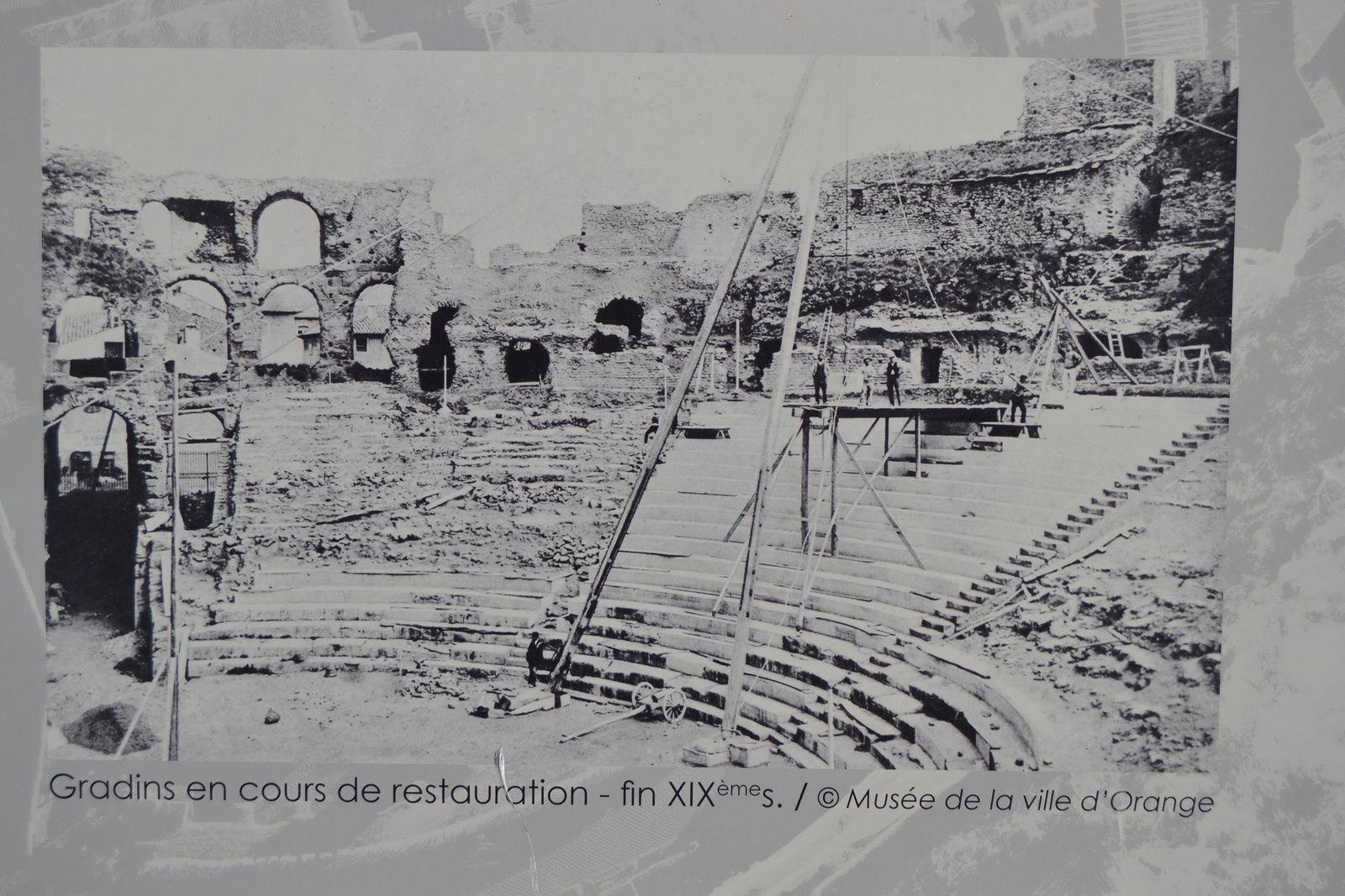 Les panneaux de chantier nous présentent le Théâtre à divers époques.