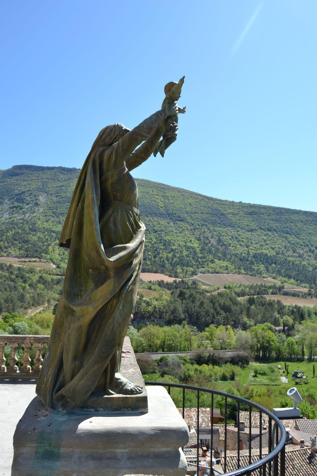 Dressée sur ce piedestal rocheux, la statue monumentale de la vierge, cadeau de la duchesses d'Uzés en 1907,