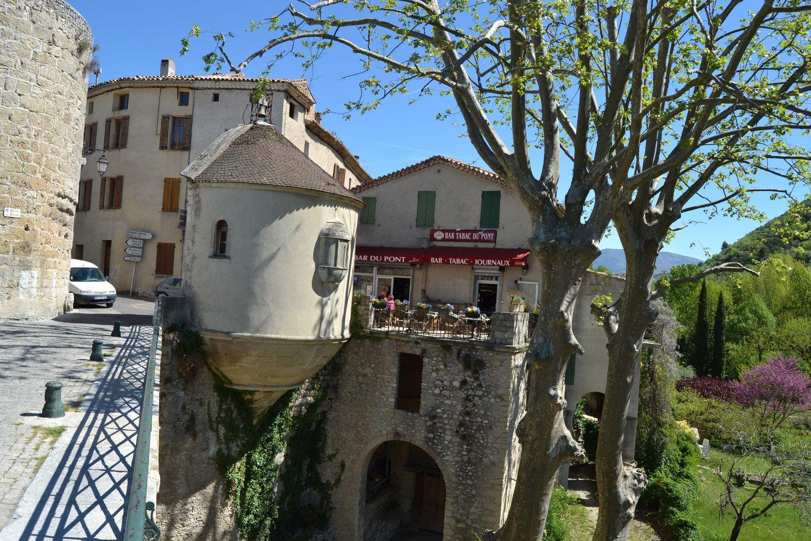 Sur ce dernier prendra place une piéta en bois, sculptée par un artiste nommé Pons et originaire de Saint-Chamas en Provence.