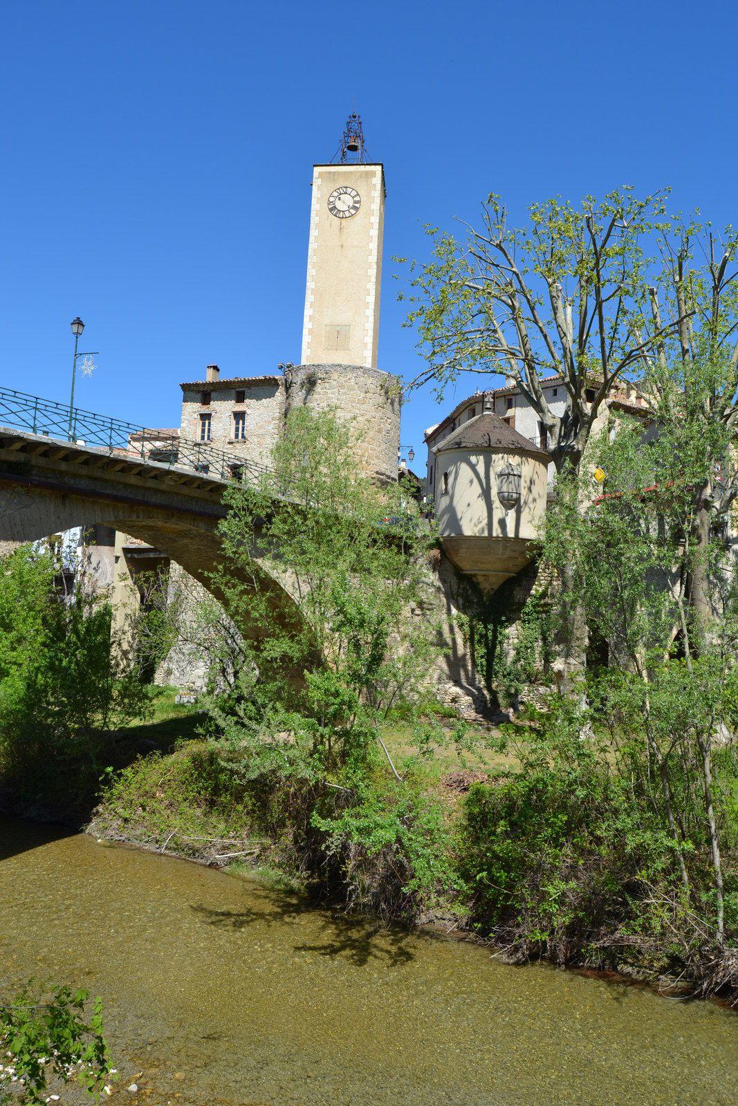 Notre petite chapelle au dessus du vide et sous le pont coule l'Ouvèze...