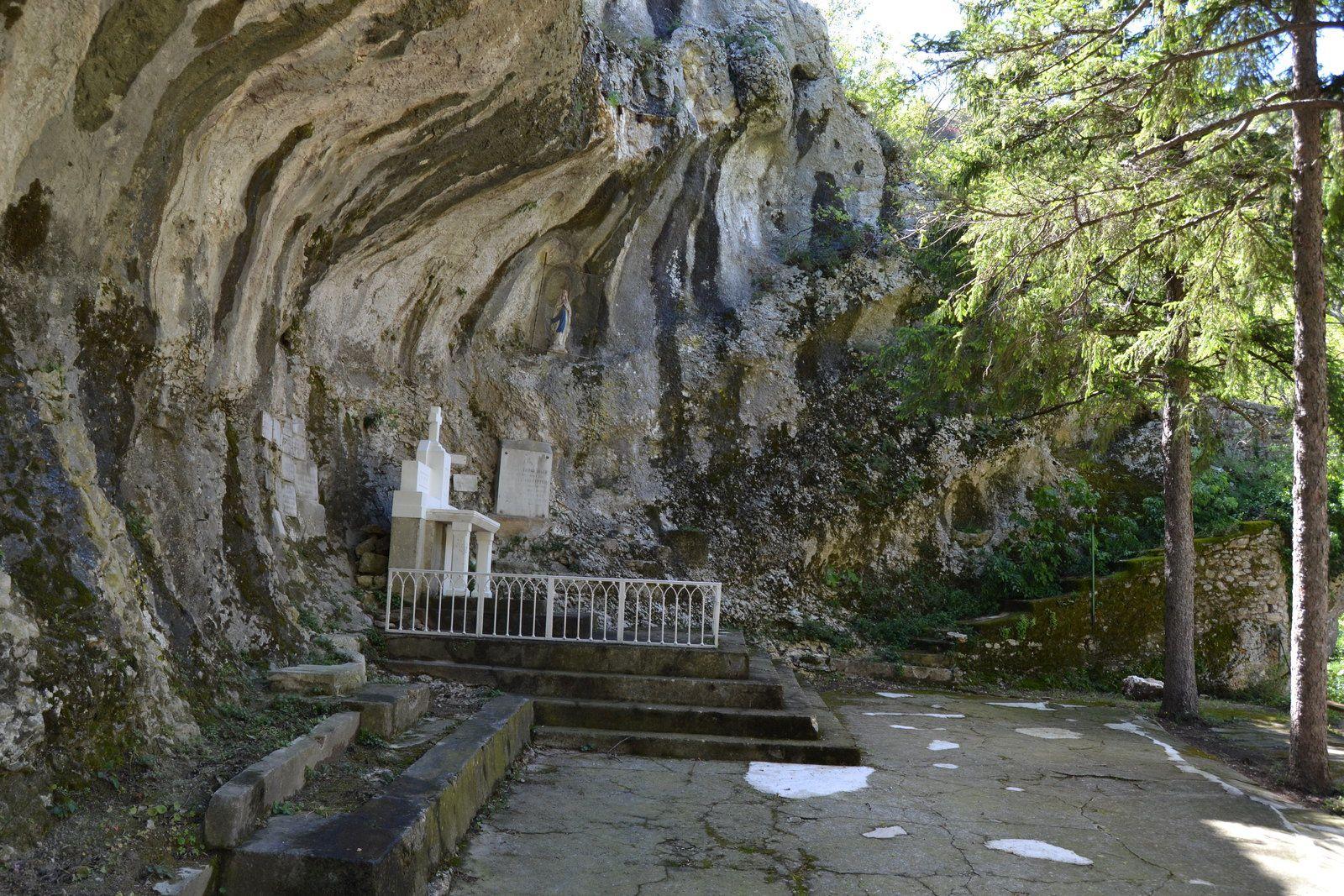 Elle est restée longtemps un des points d'eau principaux des villageois, le chemin qui la relie directement au château en fait foi.