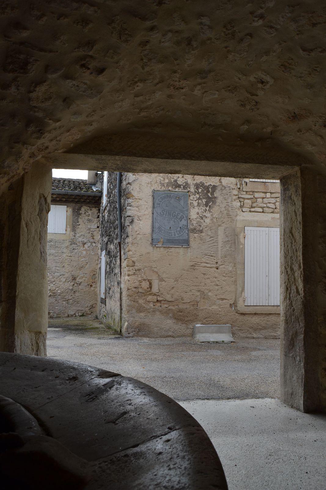 """Sur le mur situé en face du lavoir cette vieille publicité """"SINGER Machines à coudres"""" compléte ce décor du passé."""