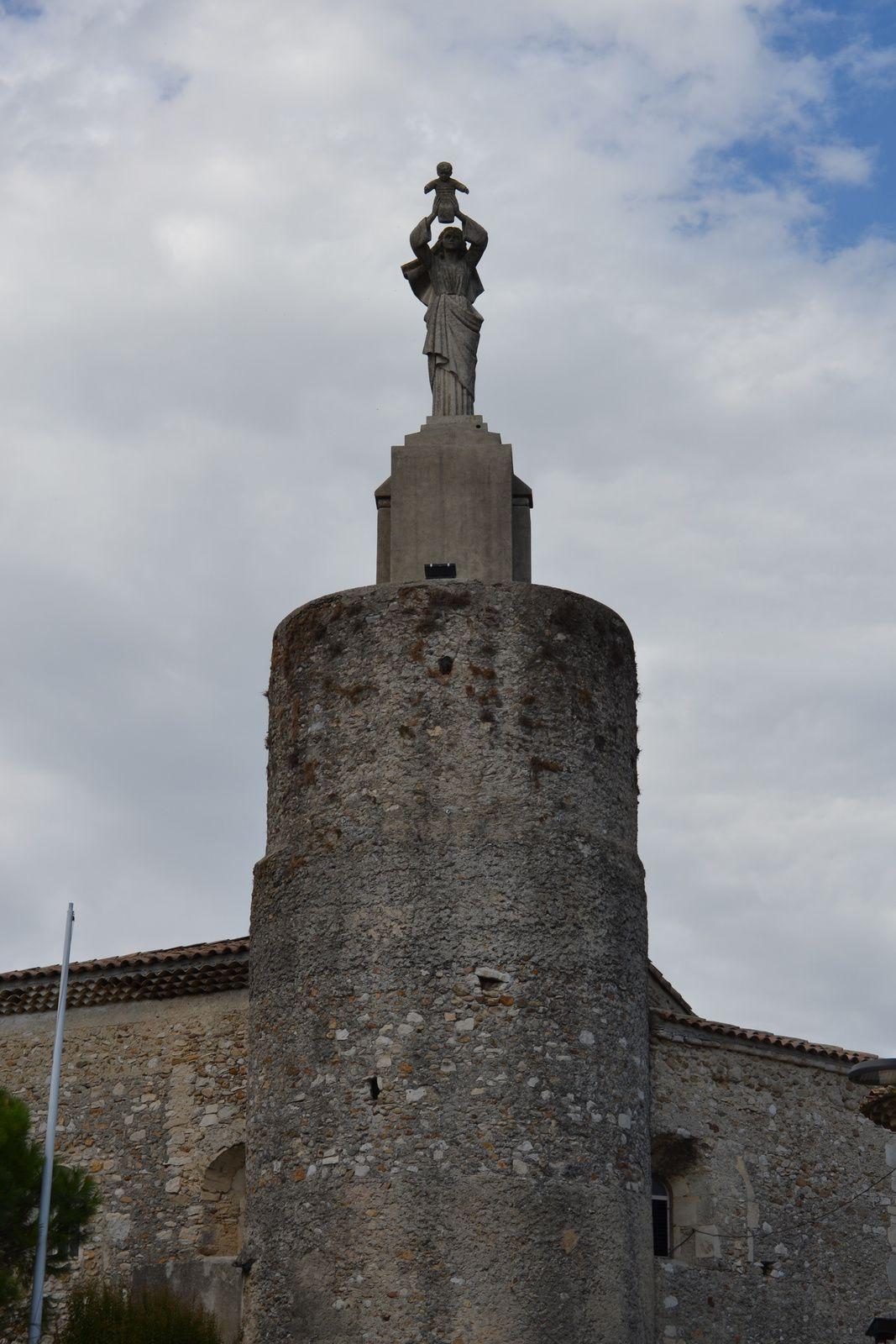 Cette statue de la vierge du Voeu fut posée en 1950, pour remercier le ciel d'avoir évité que le village soit bombardé ou brulé par la milice lors de la libération, en fin deseconde guerre mondiale de 1939/1945.