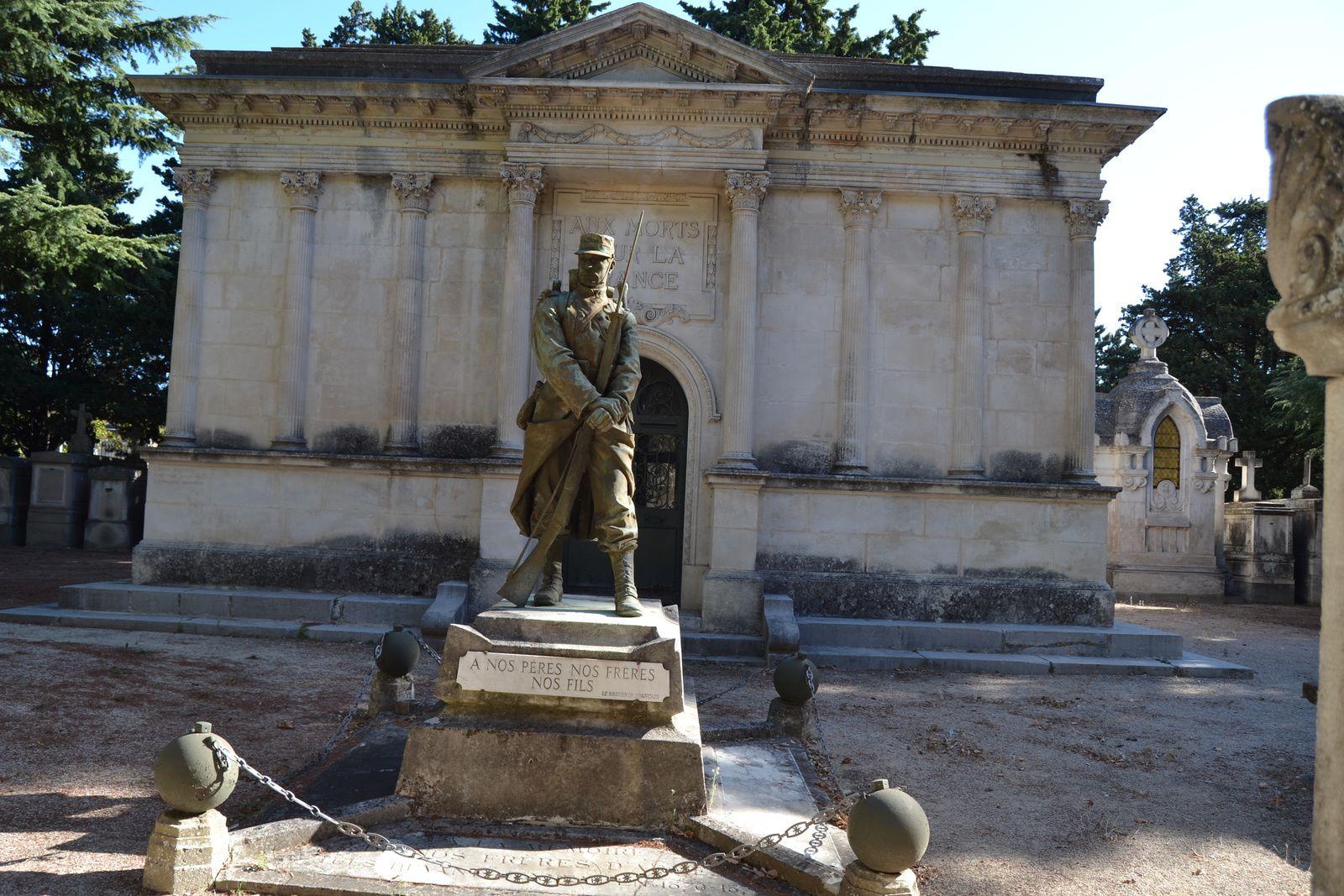 A l'arrière a été érigé un monument aux morts de la guerre de 1914-1918, sorte de mausolée inauguré le 9 Juillet 1924, dans lequel se trouvent 112 cases pour les corps ramenés du front, une crypte conserve les corps des soldats décédés à Avignon.