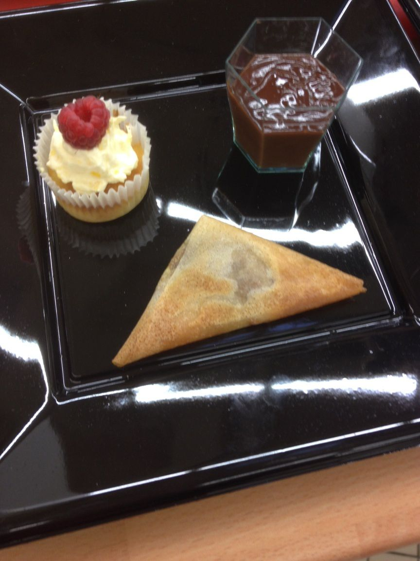 Assiette gourmande: Samossas banane carambar, Coulis choco/coco, Cupcake citron/orange
