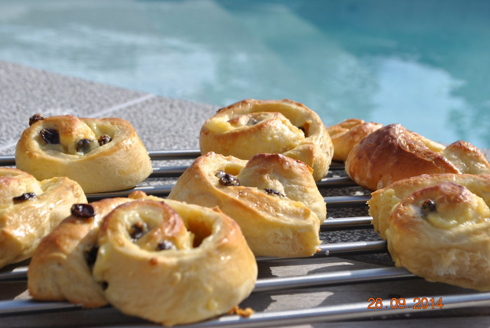 Escargots briochés a la crème pâtissière, aux raisins secs/pralines roses