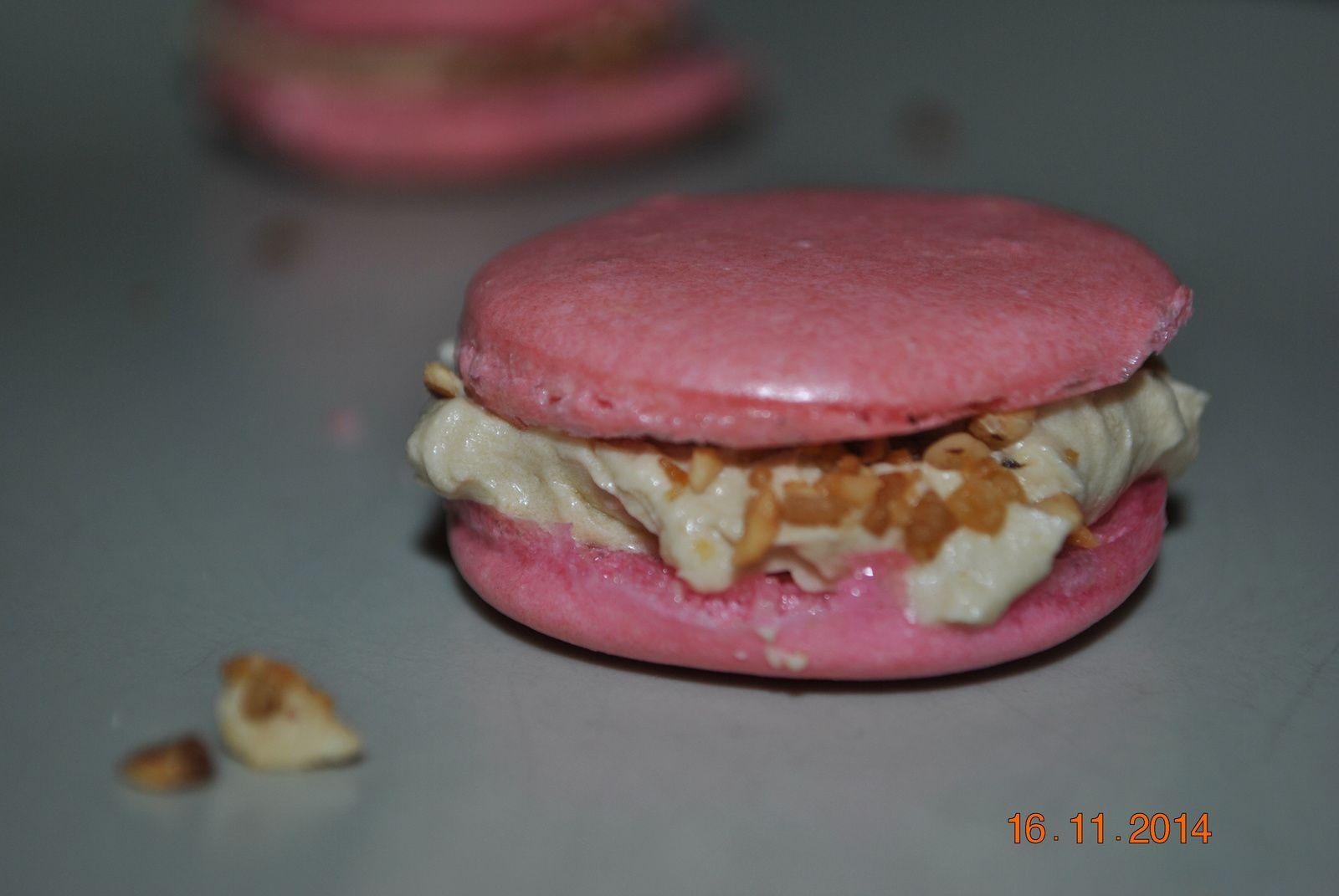 j'ai fais des coques de macarons que ma petite soeur a garnis de crème et de pralin! Elle a fait ça comme un chef :)
