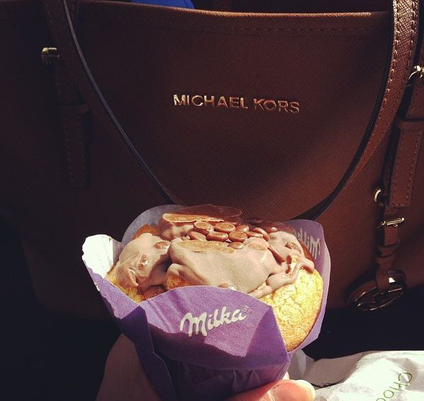 On the road, Bag: Michael Kors / Muffin chocolat Milka - Boulangerie de Rochy Condé (60)