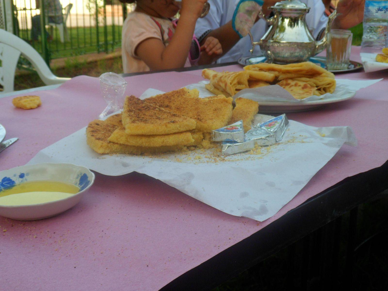 Pour le goûter : du thé vert à la menthe, du harcha (galette dense à base de semoule fine de blé), des msemems (crêpes feuilletées), de l'huile d'olive.