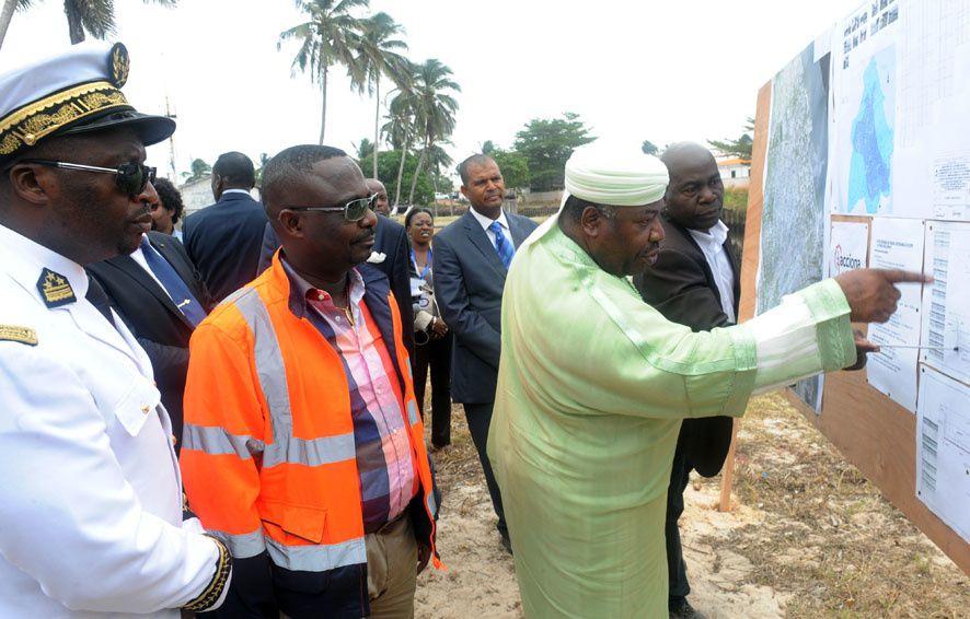 Ali Bongo Ondimba visite les chantiers d'assainissement, de logement et de désenclavement de Port-Gentil